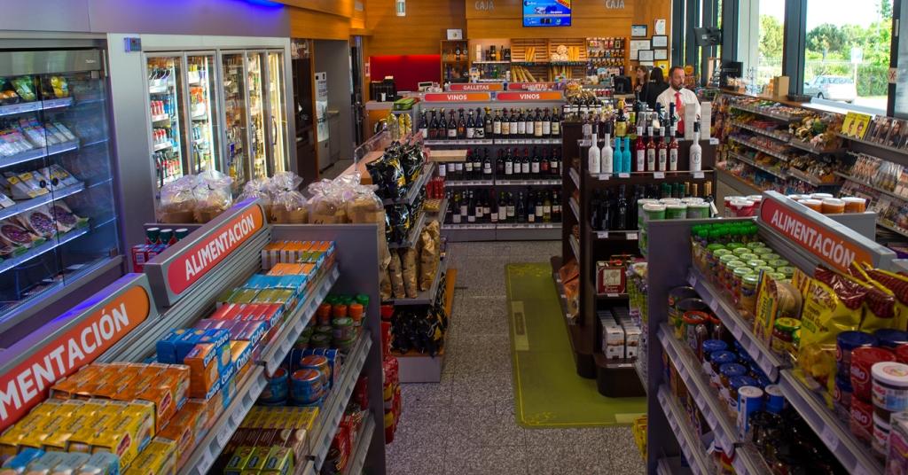 Tiendas de las gasolineras: de comprar chicles y agua a llenar la cesta de la compra diaria